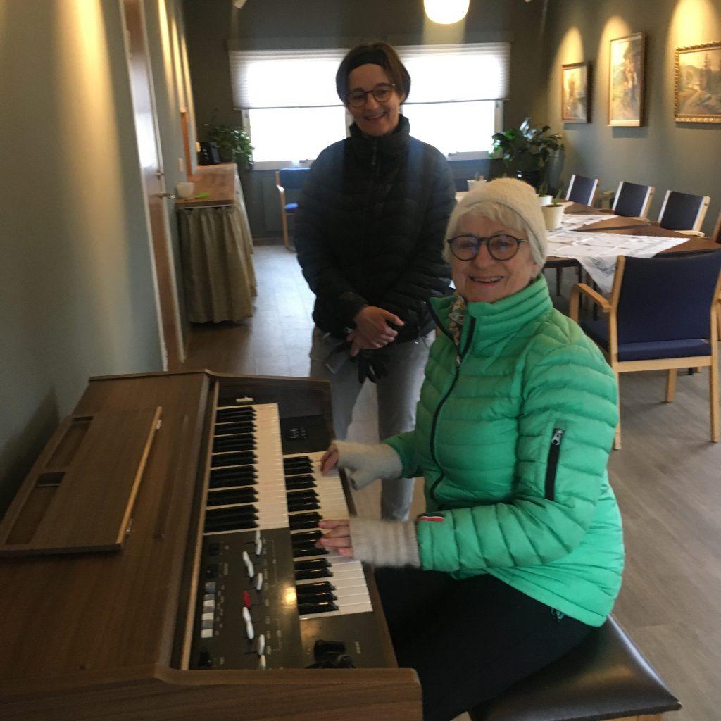 Glade damer ved  orgelet!